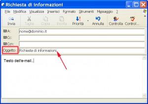 finestra di Outlook con evidenziato da un triangolo ed una freccia la casella dove si scrive l'oggetto della mail