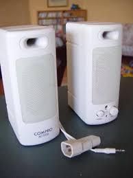Fotografia di due casse acustiche bianche