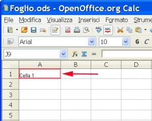 Parte di finestra di Calc di Open Office dove è evidenziata con una freccia e un triangolo rosso una cella