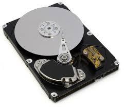 Immagine di un disco magnetico aperto. si vede il disco, la testina e parte del circuito elettrico