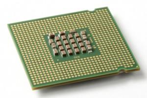 piastra di circuito stampato con al centro una serie di circuiti integrati che formano una CPU