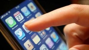fotografia di un dito che tocca l'icona su uno schermo di uno Smartphone