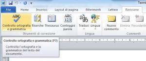 Parte della barra multifunzione con evidenziato il comando 'Controllo ortografia e grammatica' della scheda Revisione