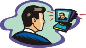 Immagine di un allievo che guarda il formatore che parla dal video