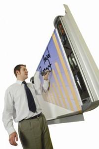 insegnante che sta scrivendo su una lavagna digitale