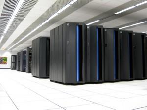 Sala piena di armadi contenenti un super computer