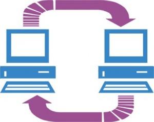 Figura con due computer collegati da due frecce, una sopra e una sotto
