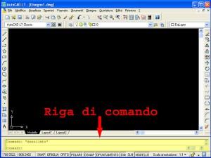 schermata di AutoCAD con indicata da una freccia rossa la riga di comando