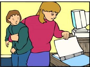 Disegno di mamma con bambino in braccio che apre un libro di lavoro. sullo sfondo un computer