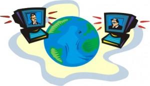 Due computer con sullo schermo una persona posti ai due lati del mondo che dialogano con la voce
