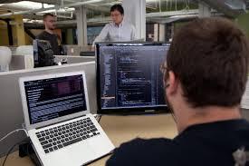 Programmatore che sta scrivendo un programma al computer