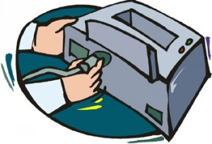 Mani che attaccano il cavo della corrente ad una stampante