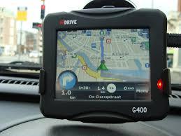 fotografia di un navigatore sul cruscotto di un'auto